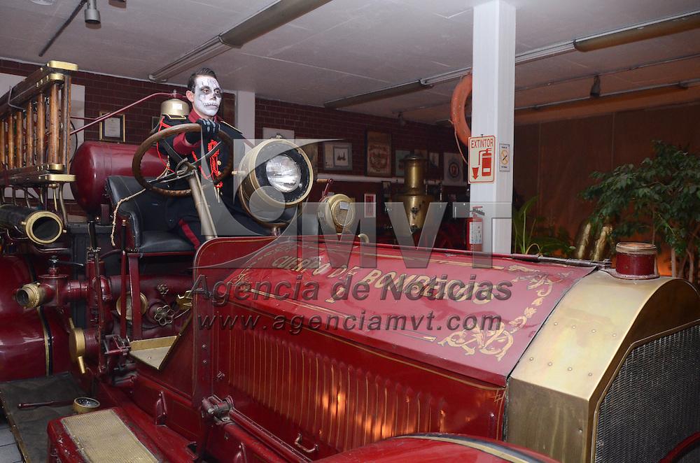 Toluca, México.- En el marco de la conmemoración del Día de Muertos, eementos de Proteción Civil y Bomberos de Toluca, realizan la primera edición de los Recorridos Fantasmales en las instalaciones de la Estación de Bomberos de la Capital Mexiquense. Agencia MVT / Arturo Hernández.
