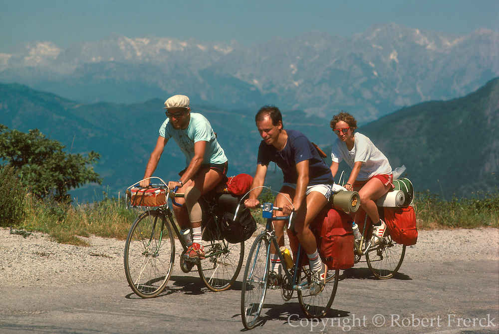 SPAIN, NORTH COAST, ASTURIAS Cantabrian Mountains and the 'Picos de Europa' near Fuente De; a favorite destination for hikers and bicyclists