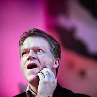 Nederland,Lelystad ,7 maart 2007 ..Partijleider van de PvdA Wouter Bos, kijkt benauwd toe naar de tegevallende Provinciale verkiezingscijfers tijdens de PvdA bijeenkomst in Lelystad.