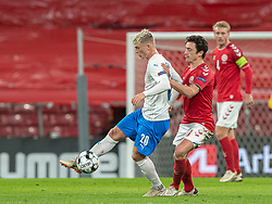 Albert Guðmundsson (Island) og Thomas Delaney (Danmark) under kampen i Nations League mellem Danmark og Island den 15. november 2020 i Parken, København (Foto: Claus Birch).
