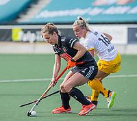 AMSTELVEEN -  Charlotte Adegeest (Adam) met Joosje Burg (DenBosch)  tijdens  de hoofdklasse hockey competitiewedstrijd dames, Amsterdam-Den Bosch (0-1)  COPYRIGHT KOEN SUYK