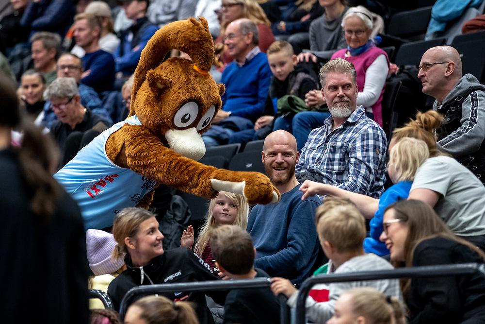 ÖSTERSUND 20210925<br /> Elektra hejar på de yngre fansen under lördagens match i Basketligan mellan Östersund Basket och Uppsala Basket i Östersunds Sporthall<br /> <br /> Foto: Per Danielsson/Projekt.P