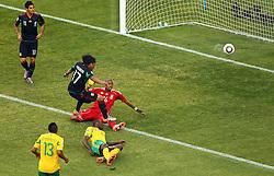 11-06-2010 VOETBAL: FIFA WORLDCUP 2010 ZUID AFRIKA - MEXICO: JOHANNESBURG<br /> De openingswedstrijd van het WK heeft geen winnaar opgeleverd.<br /> Begeleid door de sonore klank van de vuvuzela's op de tribunes in Johannesburg speelden Zuid-Afrika en Mexico met 1-1 gelijk / Mexico's Giovani Dos Santos vs South Africa's  goalkeeper Itumeleng .Khune and Aaron Mokoena<br /> ©2010-FRH- NPH/  Vid Ponikvar (Netherlands only)