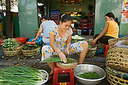 09 MARCH 2006 - HO CHI MINH CITY, VIETNAM: Women chop green onions in front of a restaurant in Ho Chi Minh City (Saigon), Vietnam.   PHOTO BY JACK KURTZ
