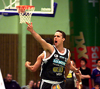 Basket, 3. sluttspillfinale BLNO, Oslo Kings - Kongsberg Penguins, Stovnerhallen 21. mars 2001. Barnaby Craddock, Oslo jubler.