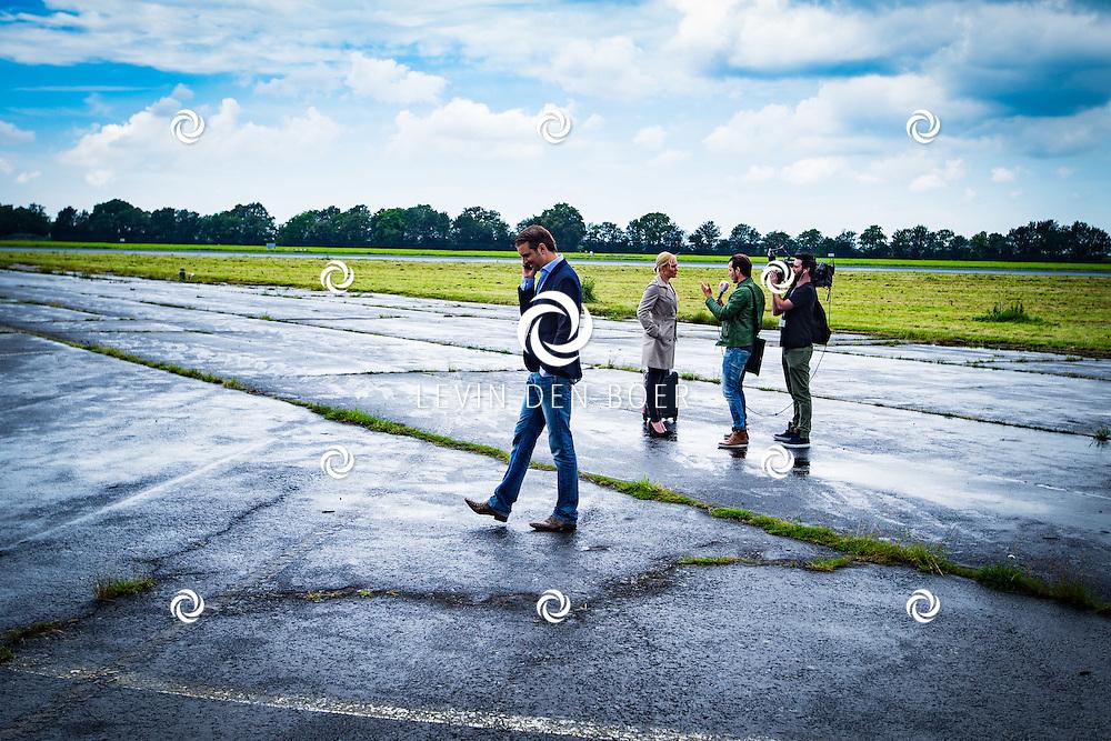 ROTTERDAM - Theater van de Klucht presenteert een nieuwe theaterproductie genaamd 'Boeing Boeing'. Met hier op de foto Bas Muijs en op de achtergrond Wieneke Remmers met Shownieuws. FOTO LEVIN EN PAULA PHOTOGRAPHY VOF