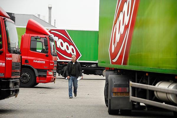 Nederland, Raalte, 17-12-2007Distributiecentrum supermarktketen C1000 Schuitema. Werknemer, chauffeur loopt naar zijn vrachtwagen met bestellingen.Foto: Flip Franssen/Hollandse Hoogte