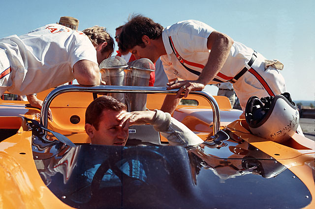 Where'd the power go? Bruce McLaren in McLaren M8-Chevrolet at the 1968 Bridgehampton Can-Am. Over engine are Tyler Alexander (L) and Gary Knutsen, with distinctive hat of Lee Muir just behind.