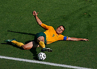 Photo: Glyn Thomas.<br />Italy v Australia. 2nd Round, FIFA World Cup 2006. 26/06/2006.<br /> Australia's Mark Viduka stretches for the ball.