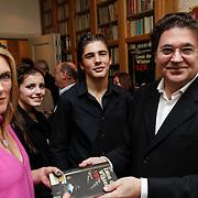 NLD/Amsterdam/20120620 - Boekpresentatie VSV van Leon de Winter, met partner Jessica Durlacher en dochter Moon en zoon Moos