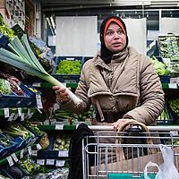 Nederland, Amsterdam, 2 februari 2016.<br /> Mona Ghadir uit de Transvaalbuurt doet boodschappen in de Pretoriastraat om falaffel te maken zoals hier bij de Turkse kruidenier Helal Et Gida<br /> <br /> Reportage of egyptian Mona Ghadir living in Amsterdam. Today she shops for ingredients and prepares typical egyptian dishes.