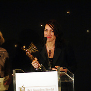 NLD/Bussum/20051212 - Uitreiking Gouden Beelden 2005, Eva Duijvestein reikt het beeld voor beste actrice uit aan Monic Hendricxs