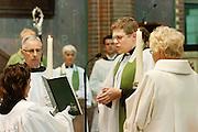 De nieuwe pastoor Bernd Wallet gaat voor tijdens de mis. Op zondag 31 oktober is in de Getrudiskathedraal in Utrecht  Annemieke Duurkoop als eerste vrouwelijke plebaan van Nederland geïnstalleerd. Duurkoop wordt de nieuwe pastoor van de Utrechtse parochie van de Oud-Katholieke Kerk (OKK), deze kerk heeft geen band met het Vaticaan. Een plebaan is een pastoor van een kathedrale kerk, die eindverantwoordelijk is voor een parochie. Eerder waren bij de OKK al twee vrouwelijk priesters geïnstalleerd, maar die zijn geen plebaan.<br /> <br /> The new pastor Bernd Wallet is reading the bible. At the St Getrudiscathedral in Utrecht the first female dean of the Old-Catholic Church (OKK), Annemieke Duurkoop, is installed together with a new pastor Bernd Wallet. The church has no connections with the Vatican.