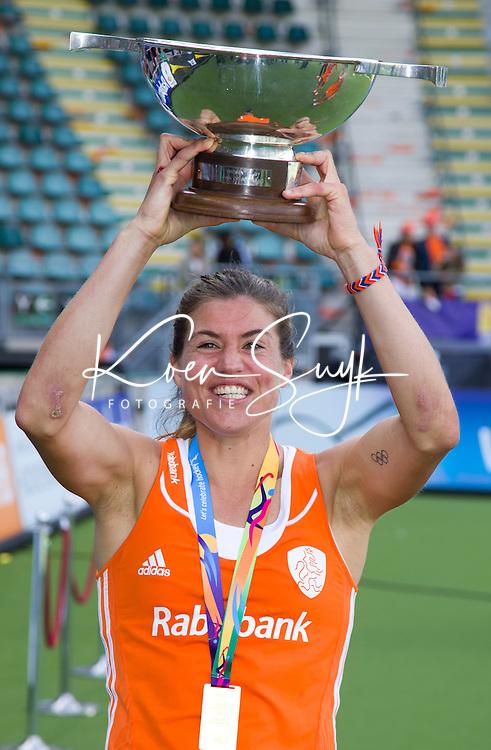 DEN HAAG - Kim Lammers, die stopt, met de schaal na de finale om de World Cup Hockey 2014 tussen de vrouwen van Nederland en Australie. Nederland wint de finale met 2-0. ANP KOEN SUYK