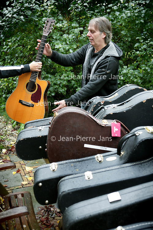 Nederland,Lienden ,1 oktober 2008..Harry Sacksioni (Amsterdam, 23 oktober 1950) is een virtuoos Nederlands gitarist..Guitarist Harry Sacksioni .