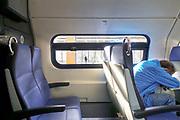 Nederland, Nijmegen, 5-3-2019Zicht op het perron van het centraal station vanuit een treincoupe. Een man, reiziger, is in slaap gevallen in zijn stoel .Slaapt .Foto: Flip Franssen