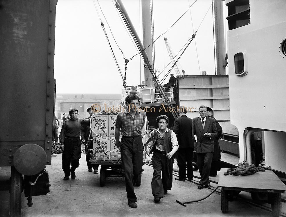 Dockers at the North Wall unload Cornflakes.04/06/1954
