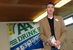 17-02-2007 ATLETIEK: AA DRINK TALENTTEAM: GENT<br /> Ondertekening sponsorcontract tussen AA Drink en het Talentteam / Louran van Keulen<br /> ©2007-WWW.FOTOHOOGENDOORN.NL