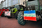 Nederland, Arnhem, 18-12-2019 Boeren uit de provincie Gelderland en duitsland zijn met hun trekkers naar het provinciehuis in Arnhem gereden om te protesteren tegen de maatregelen die hun worden opgelegd om het stikstofprobleem op te lossen.Foto: Flip Franssen