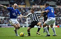 Fotball<br /> Premier League 2004/05<br /> Newcastle v Everton<br /> 28. november 2004<br /> Foto: Digitalsport<br /> NORWAY ONLY<br /> Newcastle's Craig Bellamy (C) battles with Everton's Thomas Graveson (L) and Alan Stubbs (R).