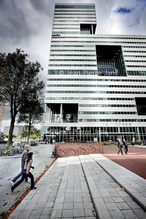 Nederland,Amsterdam ,17 oktober 2008..Icesave is de handelsnaam waaronder de op één na grootste bank van IJsland, Landsbanki Íslands hf, sinds mei 2008 op de Nederlandse markt actief was met het aantrekken van spaargeld via online spaarrekeningen. Onder dezelfde naam was de bank al langer actief op de Britse markt..In Nederland hadden begin oktober 2008 ongeveer 108.000 spaarders een rekening bij Icesave, volgens Icesave hebben zij bij elkaar ruim EUR 1,6 miljard ingelegd.[1] Dit was in strijd met de afspraak met DNB dat Icesave in het eerste halfjaar niet meer dan een half miljard euro zou ophalen..Op 7 oktober 2008 zijn alle activiteiten van Icesave Nederland en Landsbanki stilgelegd.  The Ito-building in the financial district  Zuidas of Amsterdam.