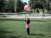 Flicka med badboll