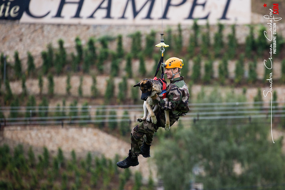 Entraînement hélitreuillage des équipes cynophiles de la Gendarmerie Nationale avec le concours de la SAG de Lyon Bron. Entraînement de chiens d'attaque et de chiens de recherche de produits stupéfiants.<br /> Septembre 2016 / FRANCE<br /> Voir le reportage complet (36 photos) http://sandrachenugodefroy.photoshelter.com/gallery/2016-09-Exercice-cynophile-Complet/G0000P7u90GHZILk/C0000yuz5WpdBLSQ