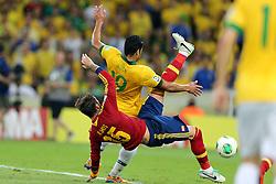 Hulk disputa bola com Ramos na partida entre Brasil e Espanha válida pela final da Copa das Confederações 2013, no estádio Maracanã, no Rio de Janeiro. FOTO: Jefferson Bernardes/Preview.com