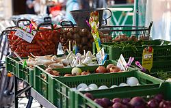 THEMENBILD - frisches und saisonales Obst und Gemüse wird am Wochenmarkt verkauft. Zwiebel, Knoblauch, Karotten und Kartoffeln liegen in Kisten und Körbe, aufgenommen am 21. April 2018, Salzburg, Österreich // fresh and seasonal fruits and vegetables are sold at the weekly market. Onions, garlic, carrots and potatoes lie in boxes and baskets on 2018/04/21, Salzburg, Austria. EXPA Pictures © 2018, PhotoCredit: EXPA/ Stefanie Oberhauser