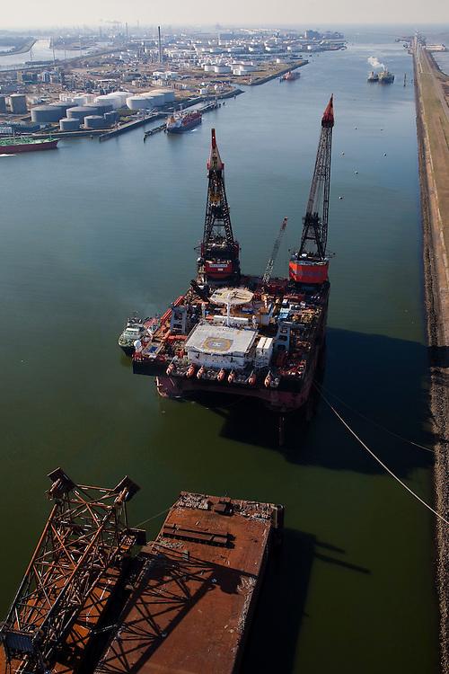 Nederland, Zuid-Holland, Rotterdam, 20-03-2009; Hermod, kraanschip van Heerema Marine Contractors (HMC) in het Calandkanaal. Het werkschip is een zgn. half-afzinkbaar schip waardoor het schip ook onder extreme weersomstandigheden operationeel kan zijn. Het schip heeft een helikopterdek (heliplat) en is voorzien van twee kranen voor gebruik bij constructiewerkzaamheden in de offshore. Links in de achtergrond Europoort..Hermod, semi submersible crane vessel (SSCV) of Heerema Group. The ship has two cranes for offshore construction and a helicopter deck (or heli pad).Swart collectie, luchtfoto (toeslag); Swart Collection, aerial photo (additional fee required).foto Siebe Swart / photo Siebe Swart