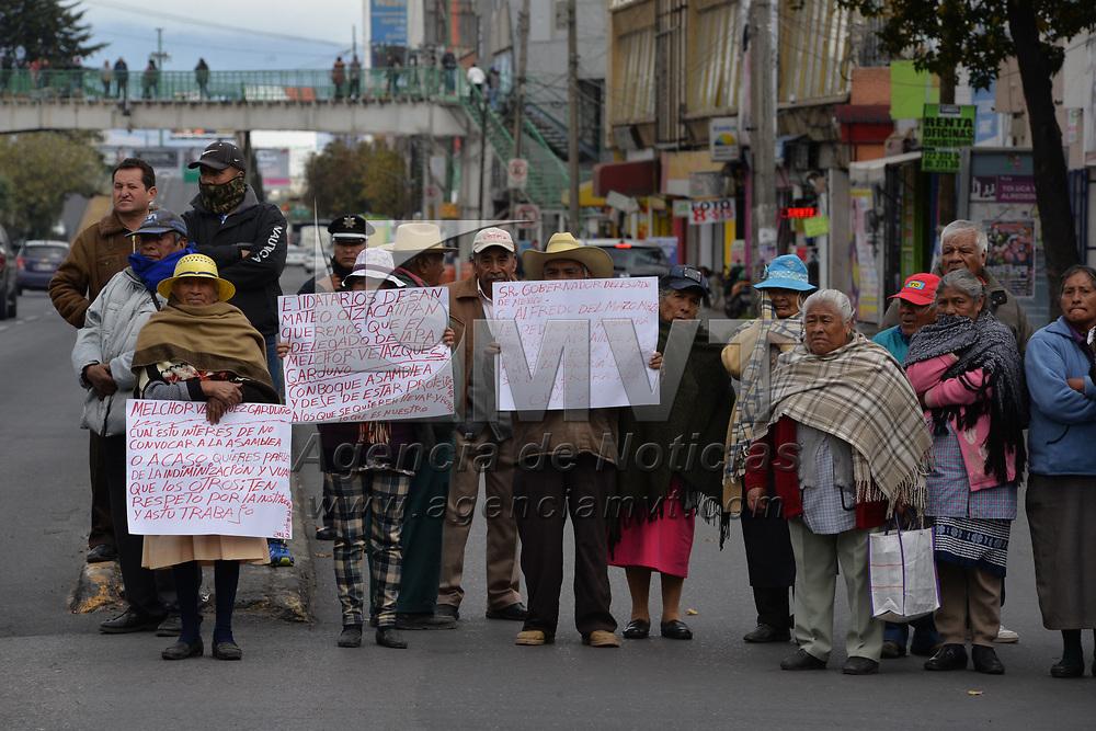 TOLUCA, México.- (Enero 29, 2018).- Ejidatarios del San Mateo Otzacatipan, bloquearon Paseo Tollocan en los carriles de alta y baja velocidad, exigiendo el pago de tierras afectadas por obras viales en su comunidad. Agencia MVT / Crisanta Espinosa.