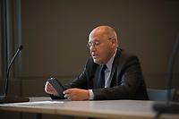 DEU, Deutschland, Germany, Berlin, 05.05.2020: Dr. Gregor Gysi (Die Linke) mit Smartphone vor seiner heutigen Wahl zum außenpolitischen Sprecher der Linksfraktion bei der Fraktionssitzung der Linkspartei, Deutscher Bundestag.