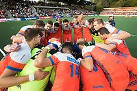 AMSTELVEEN - Teamhuddle Oranje   voor de halve finale wedstrijd Nederland-Engeland bij de Rabo EuroHockey Championships 2017.  COPYRIGHT KOEN SUYK