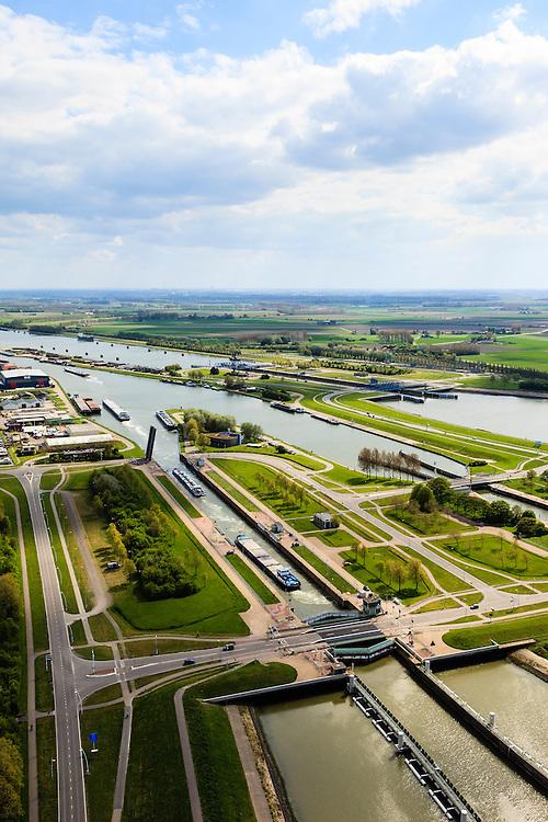 Nederland, Zeeland, Terneuzen, 09-05-2013; Sluizencomplex Terneuzen. Ingang van Kanaal Terneuzen-Gent, gezien richting Gent. Schepen verlaten de Oostsluis of binnenvaartsluis. <br /> View on the sluices of Terneuzen in the direction of Gand. Barges leaving the  canal sluice (Oostsluis).<br /> luchtfoto (toeslag op standard tarieven)<br /> aerial photo (additional fee required)<br /> copyright foto/photo Siebe Swart