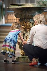 1 september 2018, Uppsala, Sverige: En flicka utforskar dopfunten, medan Svenska kyrkan håller sändningsgudstjänst i Uppsala domkyrka för personal som ska påbörja tjänstgöring för Svenska kyrkan i utlandet (SKUT).
