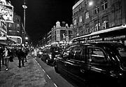 Londyn, 2009-10-23. Londyńska ulica nocą