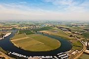 ederland, Brabant, Gemeente Lith, 08-07-2010. Alphense Waard, vroegere Maasmeander, afgesneden na de Maasnormalisatie in de jaren '30 van de vorige eeuw. In de achtergrond het Land van Maas en Waal, met rivier de Waal. Onder in beeld jachthaven..Alphen holm, former Maas Meander cut after the Meuse Standardization in the 30s of the last century. In the background the Land of Maas and Waal, with the river Waal. .luchtfoto (toeslag), aerial photo (additional fee required).foto/photo Siebe Swart