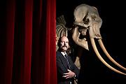 Christoph Beer, Direktor Naturhistorisches Museum Bern, posiert vor dem Murten-Elefanten. © Adrian Moser