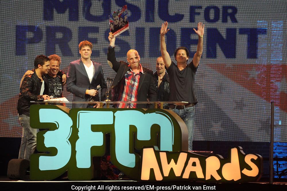 De 3FM Awards zijn de jaarlijkse radioprijzen voor de beste Nederlandse popacts en –artiesten, gekozen door de 3FM luisteraars. De uitreiking van de 3FM Awards vindt plaats tijdens een liveshow in de Gashouder (Westergasfabriek) in Amsterdam.<br /> <br /> Op de foto: Bløf wint 3FM Award Beste Artiest P