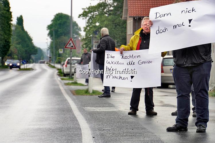 Nederland, Duitsland, Berg en Dal, Wyler,8-5-2019Nederlandse en Duitse douaniers voeren op de voormalige grensovergang bij Berg en Dal en Wyler actie om automobilisten te wijzen op het voordeel van open grenzen. Zij roepen op persoonlijke basis op om tijdens de europese verkiezingen te stemmen op een partij die de open grenzen omarmt. Het actievoeren mag niet in uniform dus zijn ze in burgerkleding. De twee geuniformeerde nederlandse douaniers hebben in uniform geen actie gevoerd.Foto: Flip Franssen