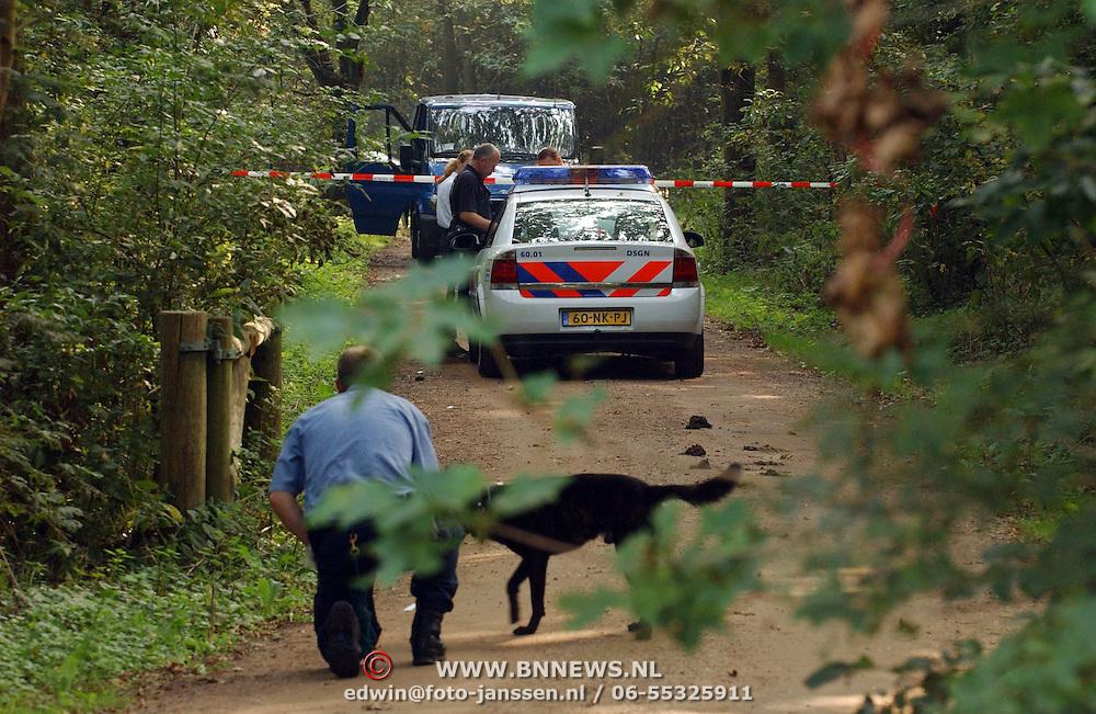 NLD/Huizen/20050906 - Verbrand lijk gevonden langs bospad Bussummerweg Huizen, afzetting, lint, overleg, speurhonden geleider