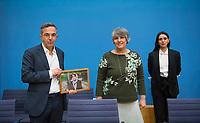 DEU, Deutschland, Germany, Berlin, 10.12.2020: Bundespressekonferenz zur Menschenrechtslage im Iran, v.l.n.r. Navid Kermani, Parastou Forouhar, Maryam Zaree. Navid Kermani hält ein Bild in der Hand, das Nasrin Sotudeh zeigt, eine iranische Rechtsanwältin und Menschenrechtsaktivistin. Sotoudeh gehört zu den diesjährigen Preisträgern des Alternativen Nobelpreises. Nach einem kurzen Hafturlaub ist sie wieder in einem iranischen Gefängnis in Haft.