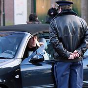 NLD/Laren/20080112 - Fokke van Alphen met nieuwe vriendin klaagt bij de parkeerwachter over zijn bekeuring die hij heeft gekregen voor foutparkeren