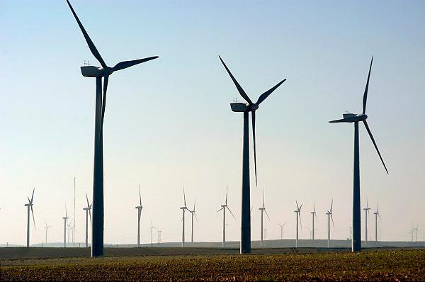 Spanje, Zaragoza, 29-5-2006..Windmolens, windmolenpark in de omgeving van Zaragoza. Windenergie, alternatieve, schone energie, klimaatverandering, milieu, klimaatverdrag Kyoto, co2 uitstoot, olie..Foto: Flip Franssen/Hollandse Hoogte