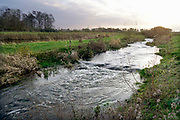 Nederland, Gaanderen, 19-11-2020  Het sluisje van de Pol Etten in de Oude IJssel . Er zit een stuw bij die het verval van twee meter regelt . Ook een vispassage is hier onlangs aangelegd. Op dit punt komt de Bielheimerbeek uit in de Oude IJssel .Foto: ANP/ Hollandse Hoogte/ Flip Franssen