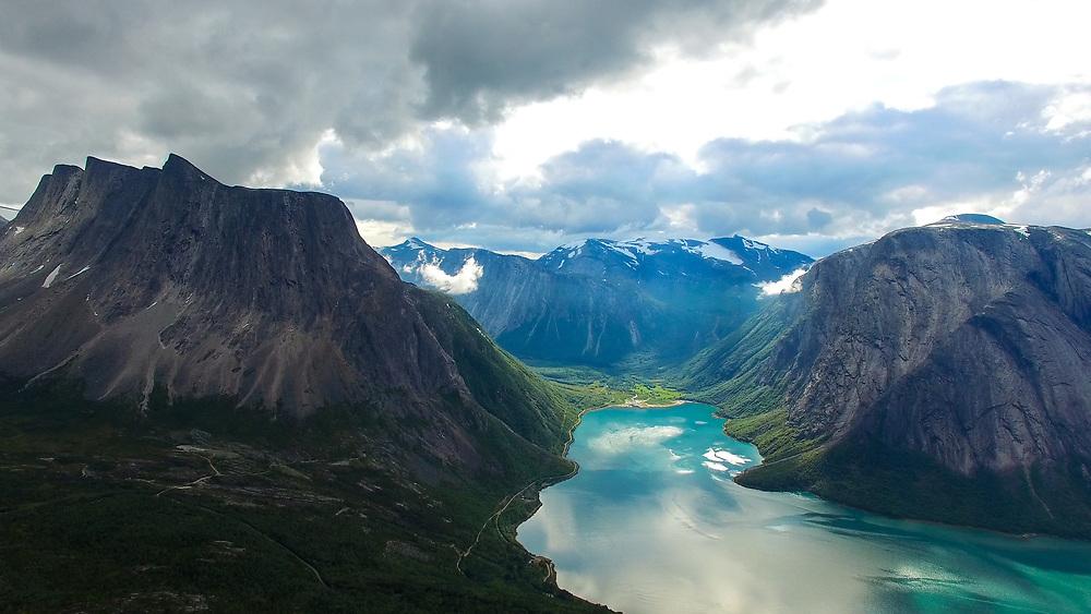 Sør-Skjomen dronefotografert fra Reinnesfjellet. Solen treffer Skjombotn og lager magisk stemning.