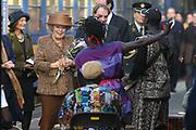 Koningin  bij Zilverrail <br /> Hare Majesteit de Koningin was op  27 oktober aanwezig bij de afsluiting van Zilverrail, de Koninklijke Feest Express. <br /> <br /> Deze jongerentrein trekt door het land ter gelegenheid van het Zilveren Regeringsjubileum. De Koningin sluit de feestelijkheden af op de laatste dag, donderdag 27 oktober, in Delft. <br /> <br /> Queen at Zilverrail <br /> <br /> Her Majesty the queen was on 27 October present at the ending of the  Zilverrail, the royal festival Express. This young people train passes the government jubilee through the country