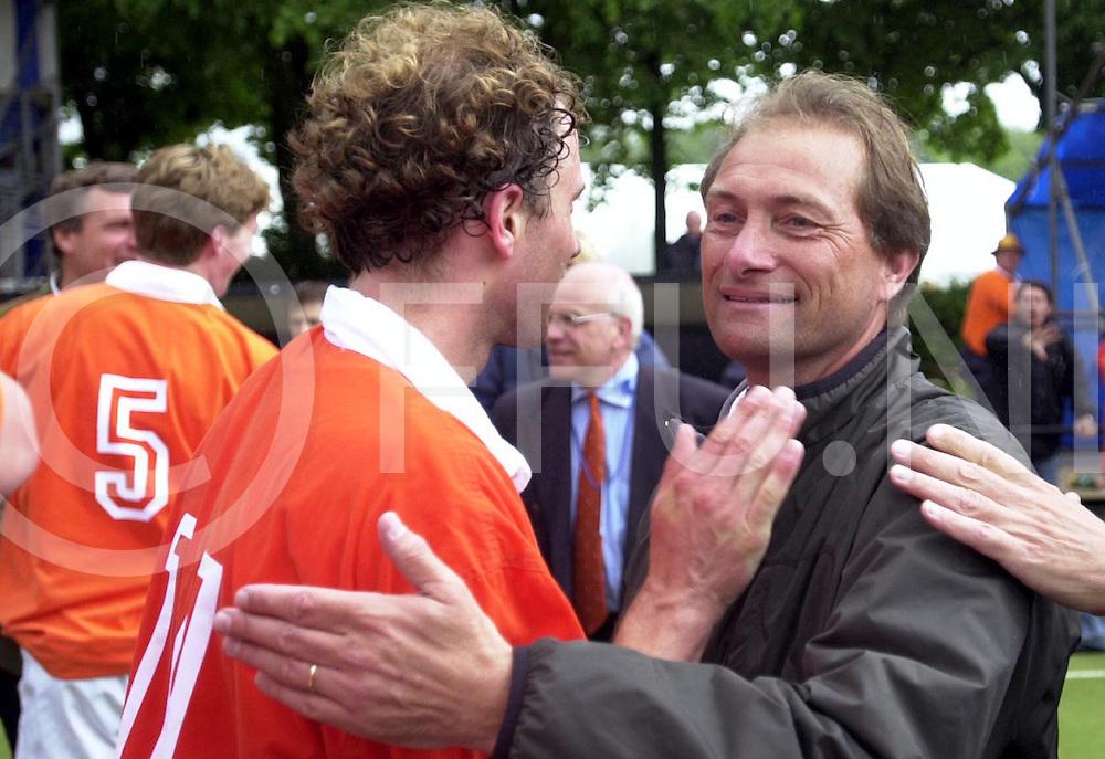WFA00:HARVESTEHUEDE-BLOEMENDAAL EUROPACUP1 FINALE;4JUNI2001-.1-3 overwinning voor Bloemendaal.Roelant Oltmans(R) wint een prijs dit seizoen, met zijn hockeyclub Bloemendal op foto met Teun de Nooijer..WFA/fu/str.Fotografie Frank Uijlenbroek