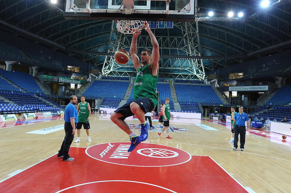 DESCRIZIONE : Pesaro allenamento All star game 2012 <br /> GIOCATORE : David Chiotti<br /> CATEGORIA : schiacciata<br /> SQUADRA : Italia<br /> EVENTO : All star game 2012<br /> GARA : allenamento Italia<br /> DATA : 09/03/2012<br /> SPORT : Pallacanestro <br /> AUTORE : Agenzia Ciamillo-Castoria/GiulioCiamillo<br /> Galleria : Campionato di basket 2011-2012<br /> Fotonotizia : Pesaro Campionato di Basket 2011-12 allenamento All star game 2012<br /> Predefinita :