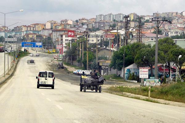 Turkije, Anatolie, 8-6-2011Boer, landbouwer, met vrouw op een wagen en getrokken door een paard.Hoofdweg door een dorp.Foto: Flip Franssen